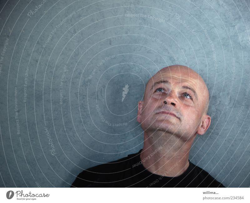Mann mit Glatze schaut fragend nach oben Kopf Gesicht Mensch 45-60 Jahre beobachten Denken träumen Ehrlichkeit authentisch Neugier Interesse Hoffnung Beginn