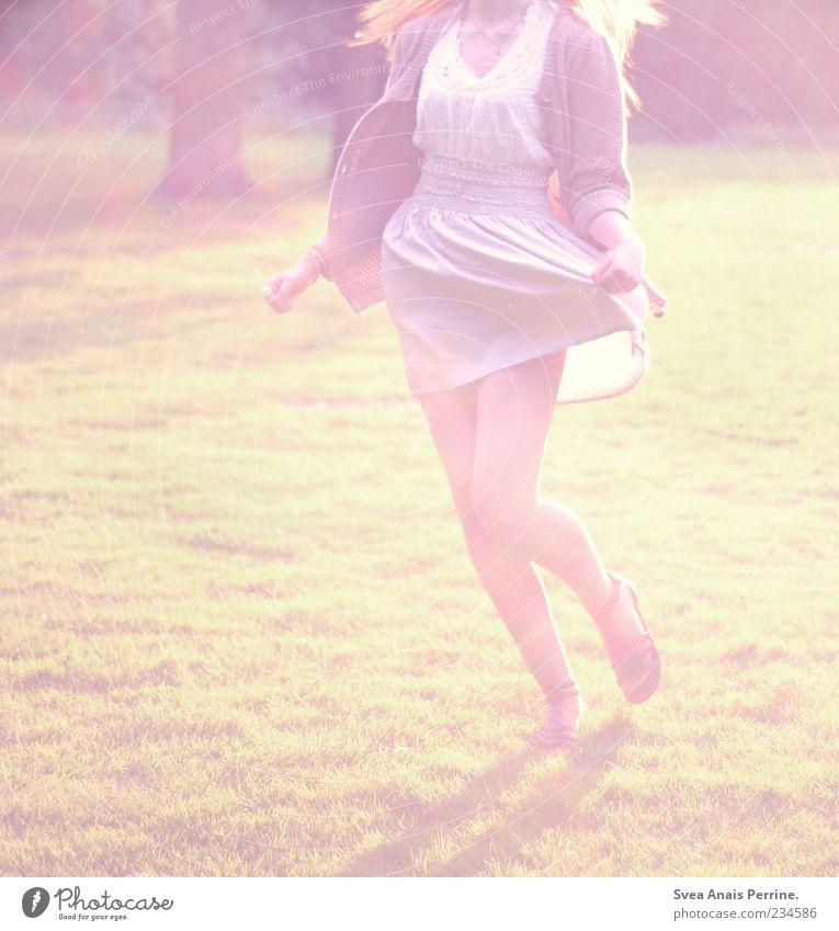 das neue gefühl. Lifestyle elegant Stil Freude feminin Junge Frau Jugendliche Erwachsene Beine 1 Mensch 18-30 Jahre Schönes Wetter Park T-Shirt Rock Kleid Jacke