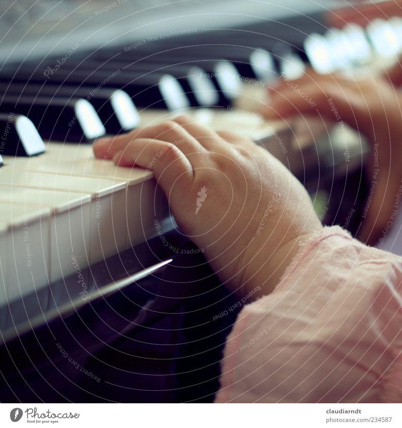 Hannah | No. 200! Spielen Mensch Kind Mädchen Kindheit Hand Finger 1 1-3 Jahre Kleinkind Musik Klavier Bluse klein rosa schwarz weiß Freude entdecken Versuch