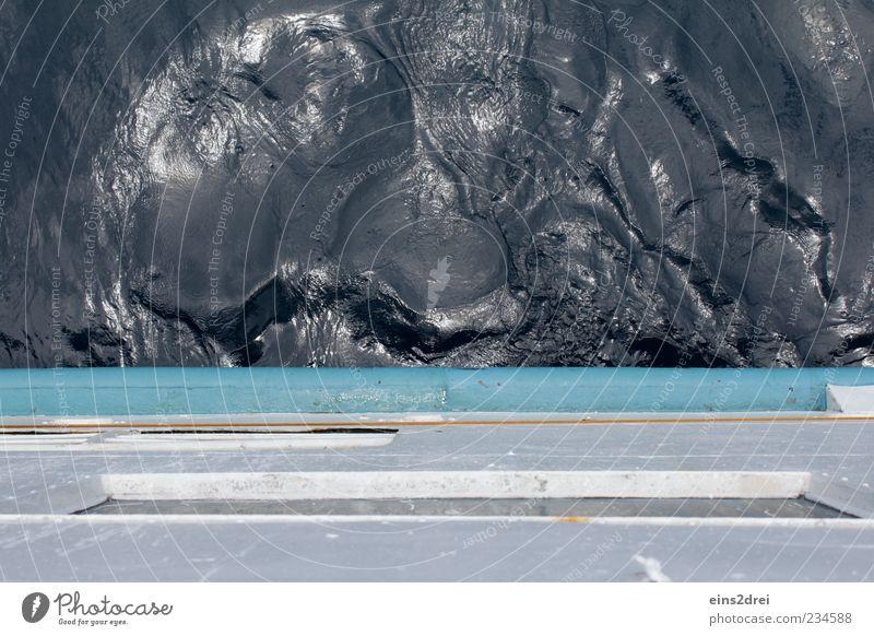 Wie erstarrte Lava blau Wasser weiß schwarz Ferne dunkel kalt Bewegung Metall glänzend nass außergewöhnlich gefroren Schifffahrt skurril bizarr