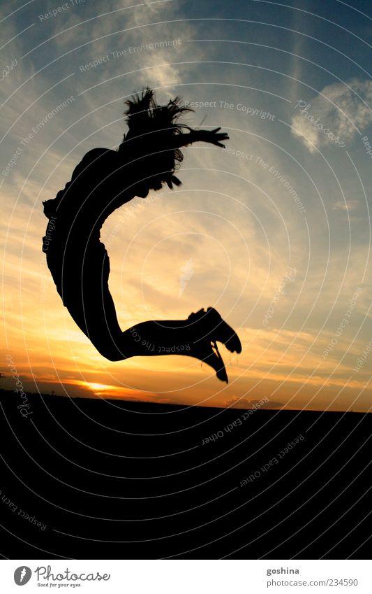 Mondschatten Mensch Himmel Jugendliche schön Sommer Freude Gefühle Bewegung Glück springen Feld Freizeit & Hobby fliegen frei ästhetisch Junge Frau