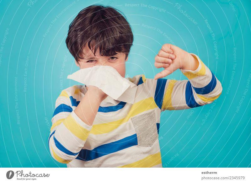 Das Kind, das die Nase pumpt, hat eine Erkältung. Lifestyle Gesundheit Gesundheitswesen Behandlung Allergie Mensch maskulin Kleinkind Junge Kindheit 1