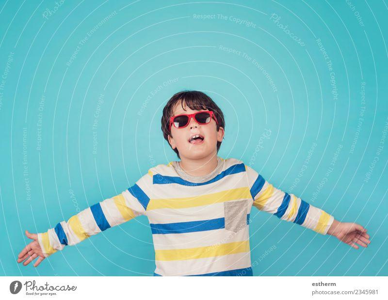 Kind Mensch blau Freude Gefühle Bewegung Junge Glück Freiheit Freundschaft maskulin Kindheit Erfolg Lächeln Fröhlichkeit Abenteuer