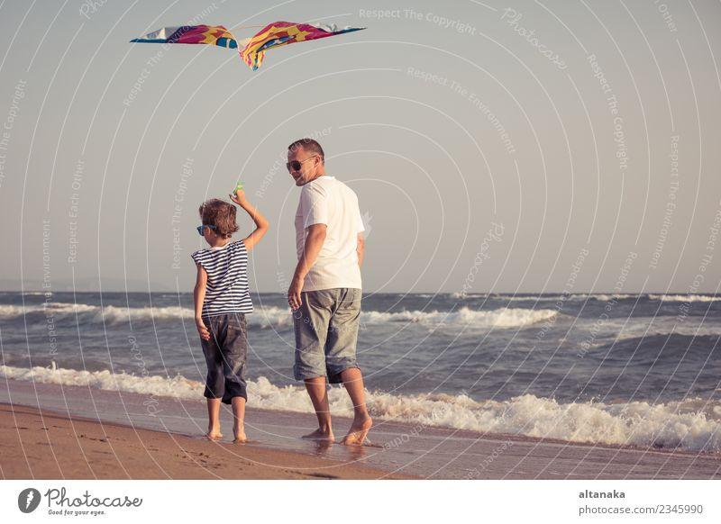 Vater und Sohn spielen am Strand am Tag. Lifestyle Freude Glück Leben Erholung Freizeit & Hobby Spielen Ferien & Urlaub & Reisen Ausflug Abenteuer Freiheit