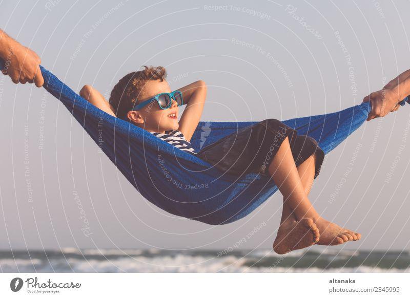 Ein fröhlicher kleiner Junge, der sich am Tag am Strand entspannen kann. Lifestyle Freude Glück Erholung Freizeit & Hobby Spielen Ferien & Urlaub & Reisen