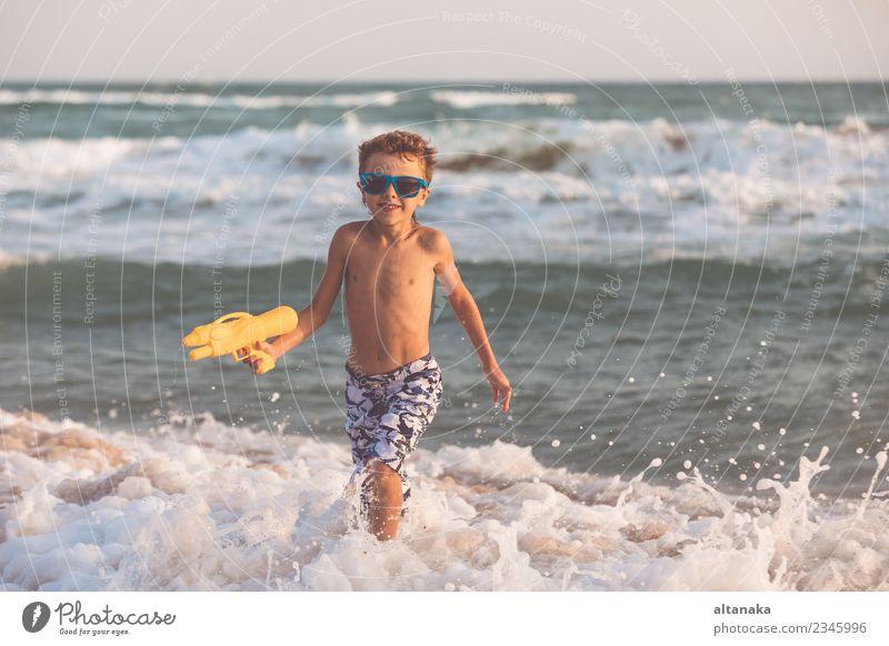 Ein fröhlicher kleiner Junge, der sich am Tag am Strand entspannen kann. Lifestyle Freude Glück schön Erholung Freizeit & Hobby Spielen Ferien & Urlaub & Reisen