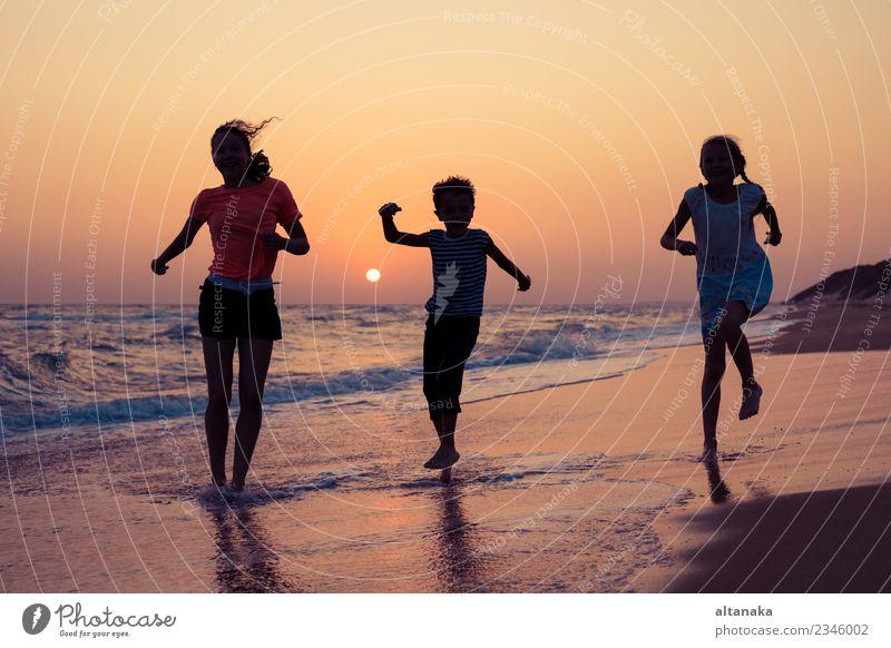 Frau Kind Natur Ferien & Urlaub & Reisen Sommer Sonne Meer Freude Strand Erwachsene Lifestyle Liebe Sport Familie & Verwandtschaft Junge klein