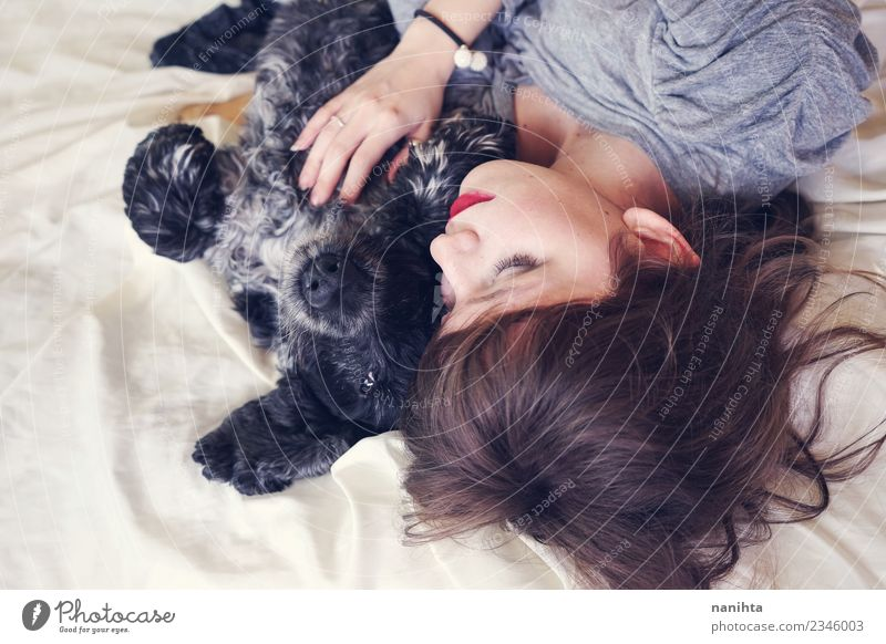 Junge Frau schläft mit ihrem Hund. Lifestyle schön Erholung Bett Mensch feminin Jugendliche Freundschaft 1 18-30 Jahre Erwachsene Tier Haustier liegen schlafen