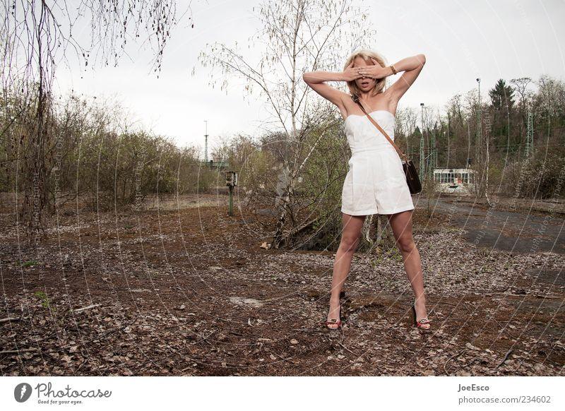 eskapismus Frau Natur Hand schön Einsamkeit Erwachsene Leben Mode blond Angst warten natürlich ästhetisch authentisch stehen Lifestyle