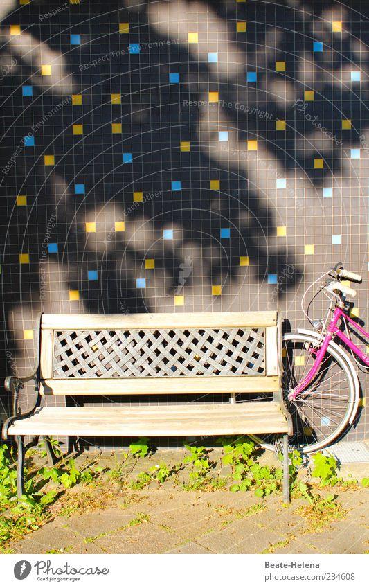 Treffpunkt im Halbschatten blau grün Haus gelb Umwelt Wand grau Mauer Fahrrad rosa Pause Bank beobachten festhalten Schutz Schönes Wetter