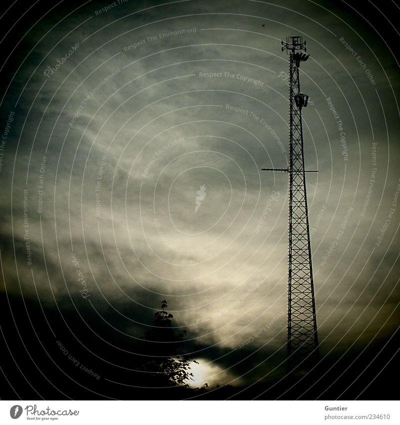 auf Sendung,... Himmel blau weiß Wolken schwarz grau Metall braun hoch Sträucher trist Technik & Technologie Telekommunikation Stahl Strommast Radio