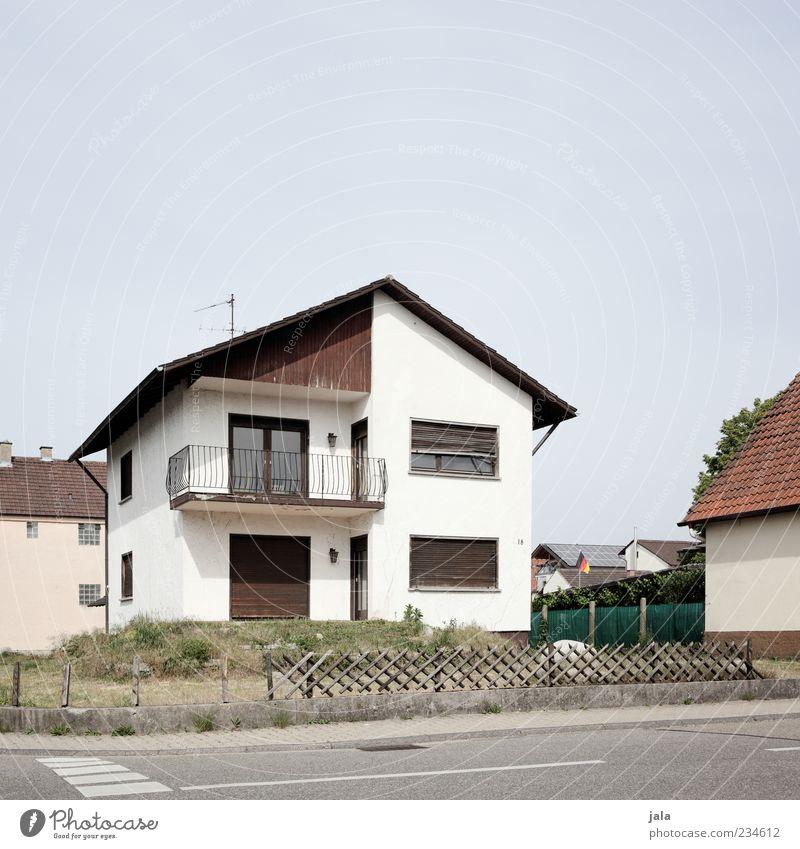 freisteher Himmel Pflanze Haus Straße Architektur Gras Garten Gebäude trist Bauwerk Dorf Zaun Wohnsiedlung Einfamilienhaus Bieder Vorgarten