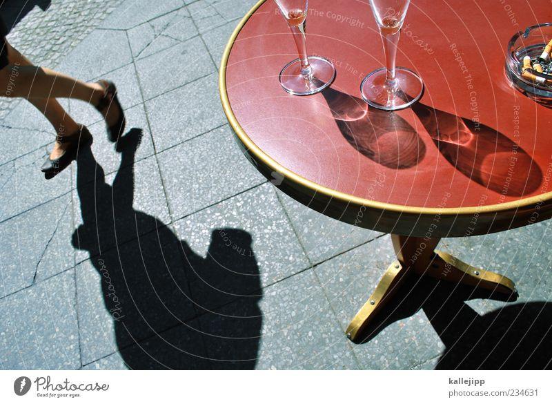 vom straßenrand Mensch Frau Erwachsene Leben feminin Bewegung Stil gehen Glas elegant Design Tisch leer Getränk Lifestyle trinken