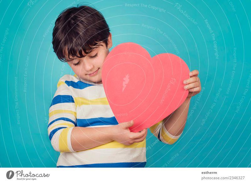 lächelnder Junge mit Herz auf blauem Hintergrund Lifestyle Freude Party Veranstaltung Feste & Feiern Valentinstag Muttertag Mensch Kind Kleinkind
