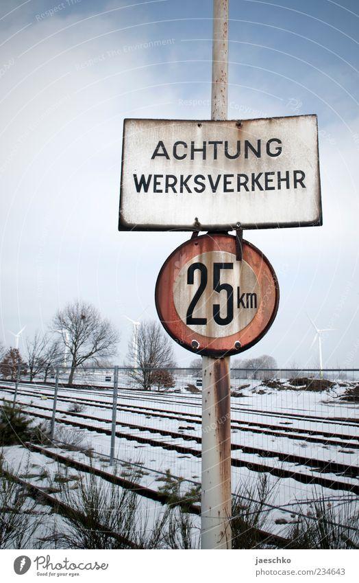 Wenig los Eis Frost Schnee Verkehr Güterverkehr & Logistik Schienenverkehr Gleise Hinweisschild Warnschild Verkehrszeichen kalt Verfall Vergänglichkeit