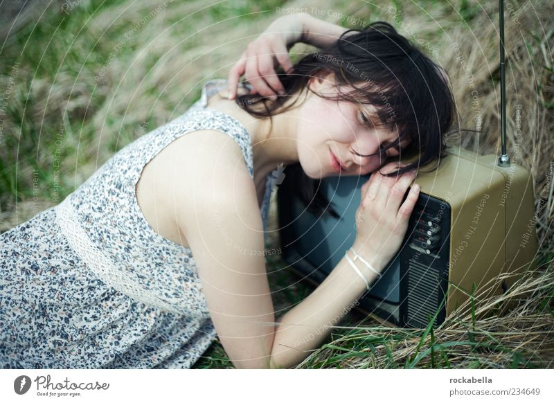 kultur. liebe. und die beziehung zueinander. Mensch Natur Jugendliche schön Erwachsene Erholung Wiese feminin Gras lachen träumen außergewöhnlich ästhetisch schlafen Bekleidung 18-30 Jahre