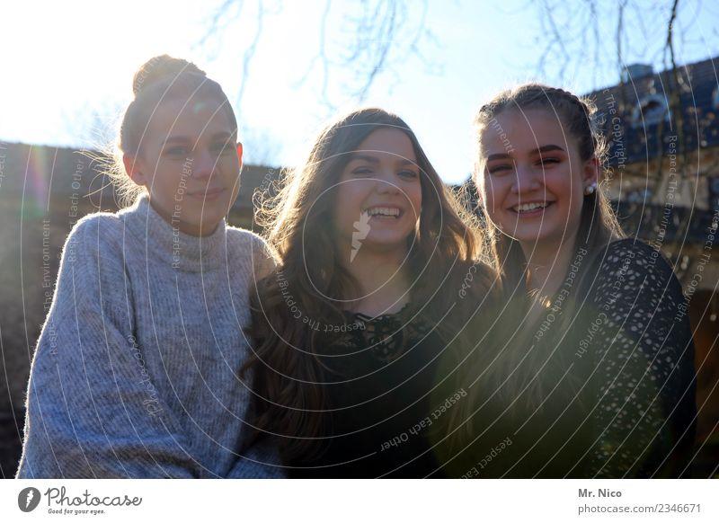 Pritti Wummen Lifestyle feminin Junge Frau Jugendliche 3 Mensch Pullover brünett langhaarig Lächeln lachen authentisch Freude Glück Fröhlichkeit Zufriedenheit