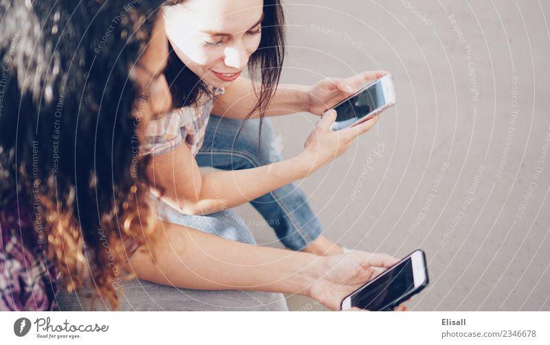 Frau Mensch Jugendliche Freude 18-30 Jahre Erwachsene Lifestyle sprechen Gefühle Glück Zusammensein Freundschaft Freizeit & Hobby Kommunizieren