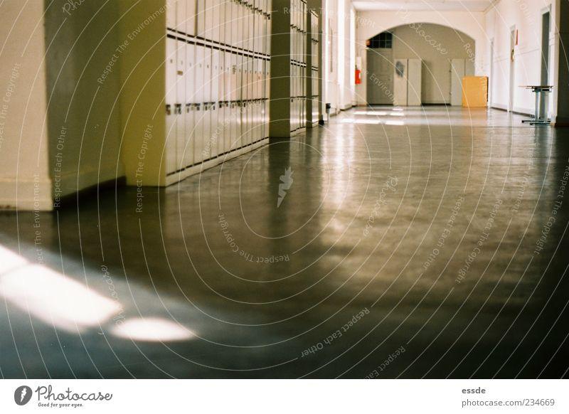 alt grün Einsamkeit Schule Stein Gebäude Metall braun leuchten Bodenbelag Schulgebäude Bildung Warmherzigkeit lang Gelassenheit entdecken