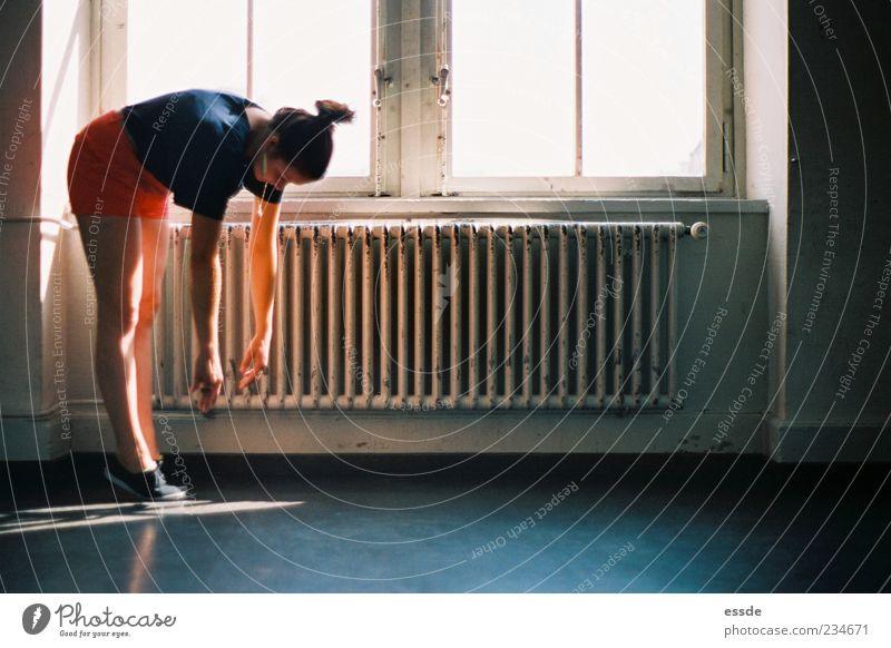 kein wasser Yoga feminin Fenster Heizkörper fallen hängen elegant trendy träumen Erschöpfung schuldig Zufriedenheit Erholung skurril stagnierend Farbfoto