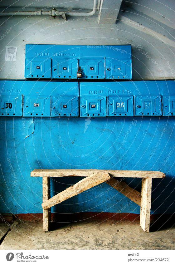Ein Traum in Zyan blau alt Wand Holz klein Mauer Metall Schriftzeichen authentisch Buchstaben viele Ziffern & Zahlen Bank einfach Röhren eng