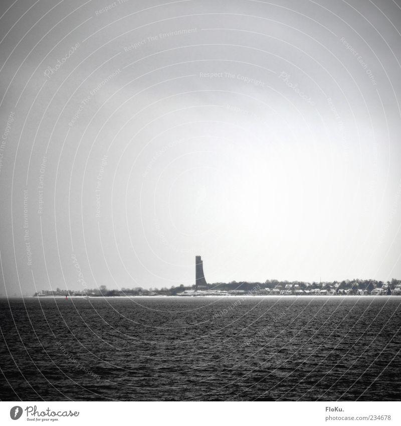 La- La- La- Boe Himmel Wasser weiß Wolken Winter schwarz kalt dunkel grau Küste Gebäude Nebel trist Turm Denkmal Wahrzeichen