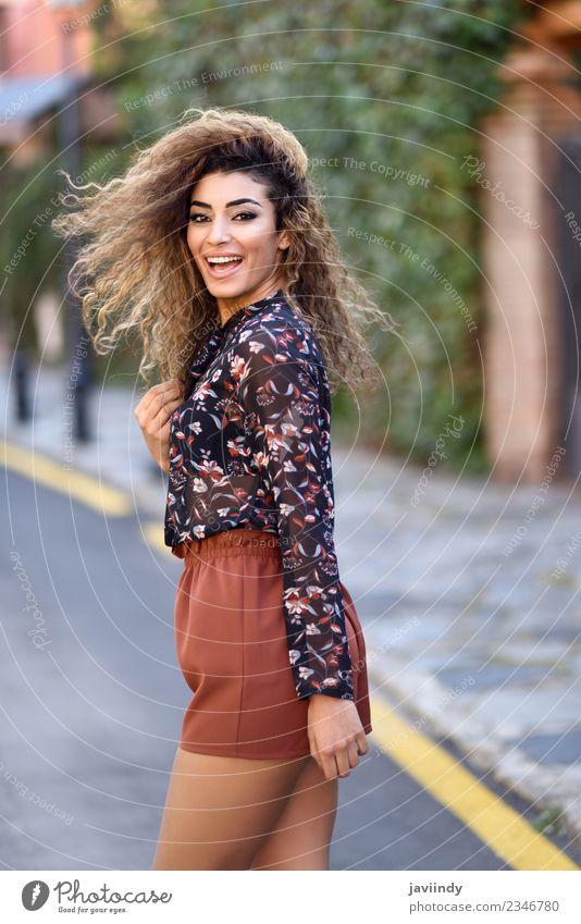 Fröhliche junge arabische Frau mit schwarzer Lockenfrisur Lifestyle Stil Freude Glück schön Haare & Frisuren Mensch feminin Junge Frau Jugendliche Erwachsene 1