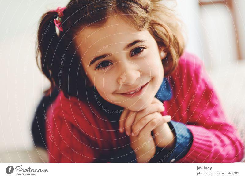 Liebenswertes kleines Mädchen mit süßem Lächeln Freude Glück schön Gesicht Kind Mensch Frau Erwachsene Kindheit 1 3-8 Jahre niedlich weiß Gefühle Fröhlichkeit