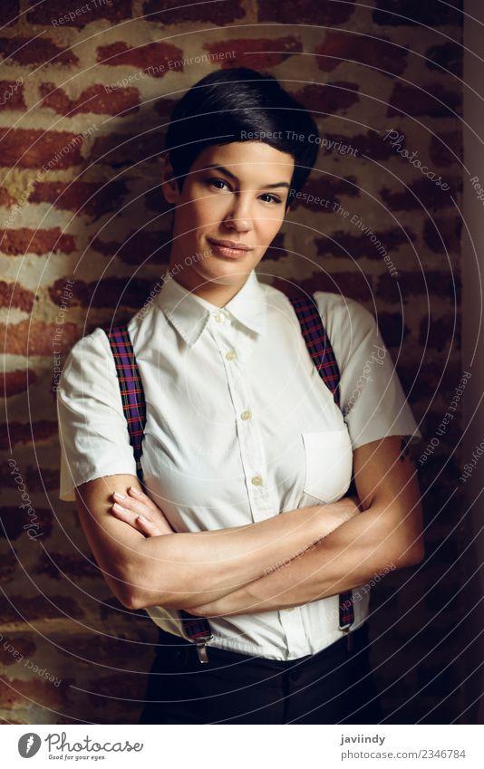 Schöne junge Frau mit sehr kurzem Haarschnitt. Stil schön Haare & Frisuren Gesicht Mensch feminin Junge Frau Jugendliche Erwachsene 1 18-30 Jahre Mode Hemd