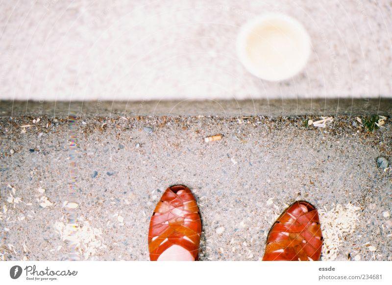 orange pause Kaffee Fuß Schuhe Zigarettenstummel stehen rot Pause Farbfoto Außenaufnahme Vogelperspektive Damenschuhe Kaffeepause Kaffeebecher Unschärfe