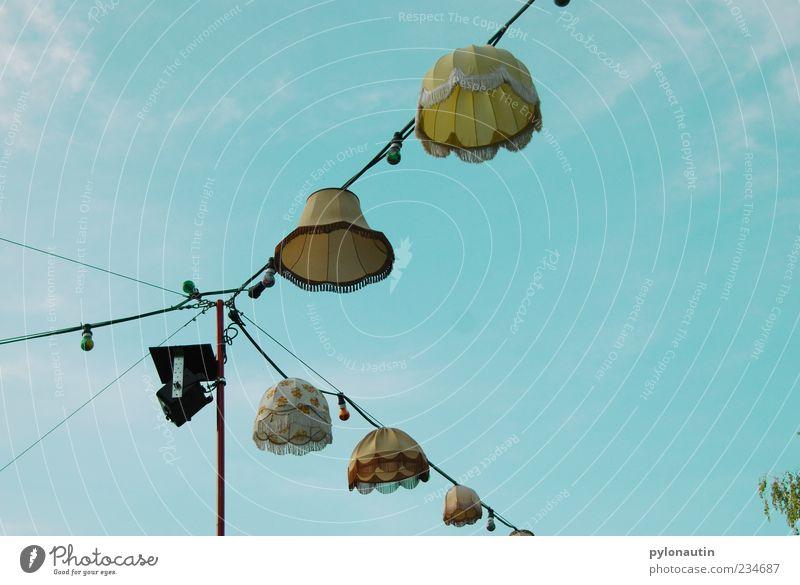 Lampenschirmparade Garten Feste & Feiern Veranstaltung Open Air Luft Himmel Wolken Sommer leuchten Lampion Freilichttheater Kabel Farbfoto Außenaufnahme