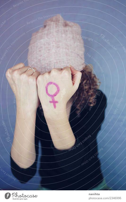 Junge Frau mit einem femininen Symbol in der Hand gemalt. Lifestyle Design Mensch Jugendliche 1 18-30 Jahre Erwachsene Kultur Hut Locken Zeichen authentisch
