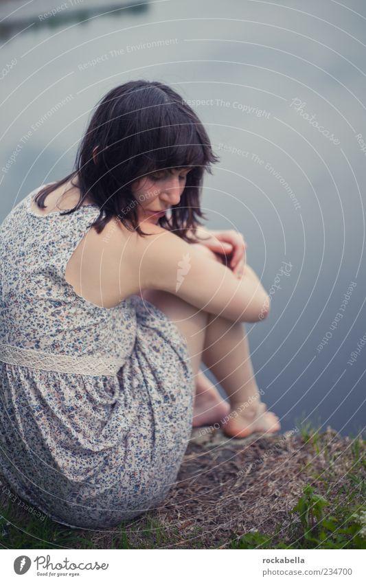ewigkeit. Mensch Jugendliche blau Wasser schön Einsamkeit Erwachsene feminin Traurigkeit träumen elegant sitzen ästhetisch Hoffnung 18-30 Jahre Junge Frau