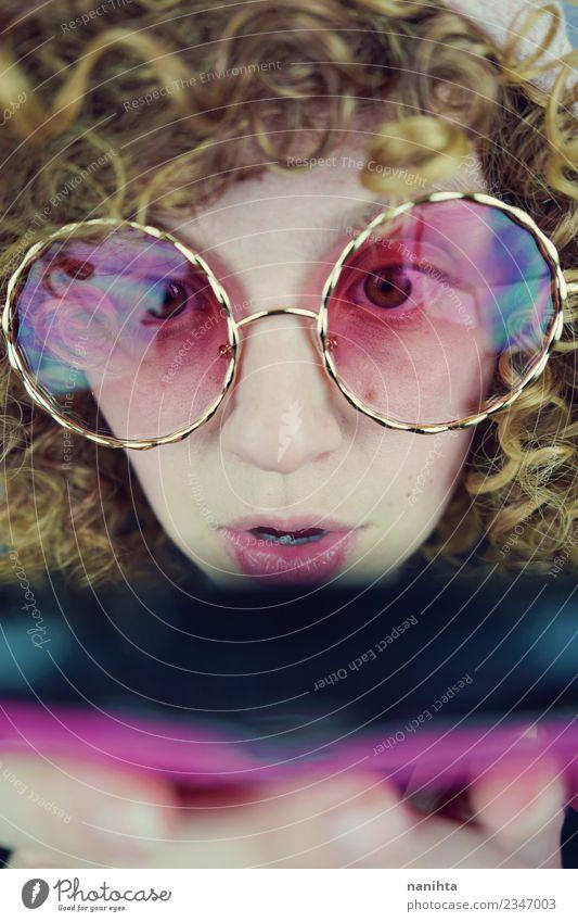 Junge Frau trägt eine Retro-Brille und benutzt ihr Telefon. Lifestyle Stil Haare & Frisuren Haut Gesicht Handy Technik & Technologie Unterhaltungselektronik