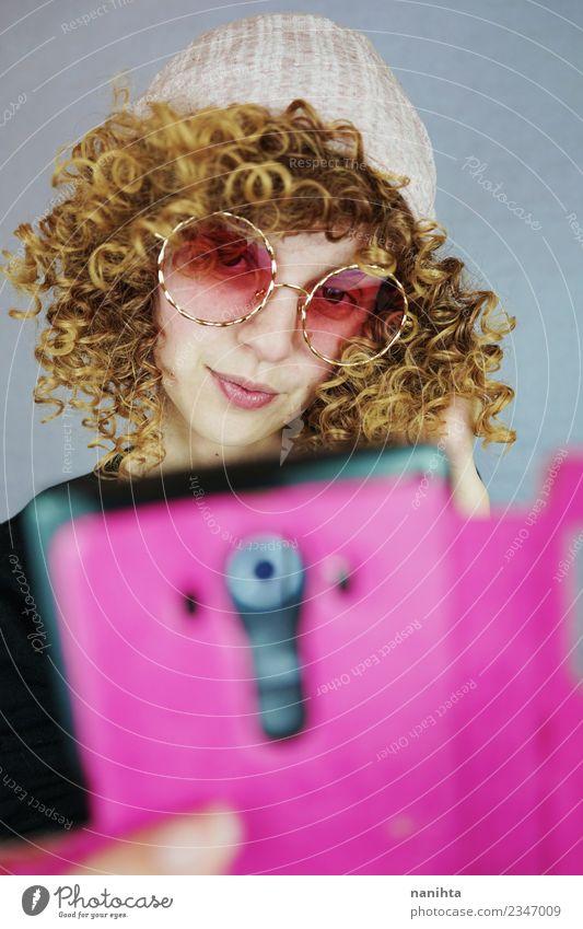 Frau Mensch Jugendliche Junge Frau schön 18-30 Jahre Erwachsene Lifestyle feminin Stil Haare & Frisuren rosa modern elegant blond Technik & Technologie