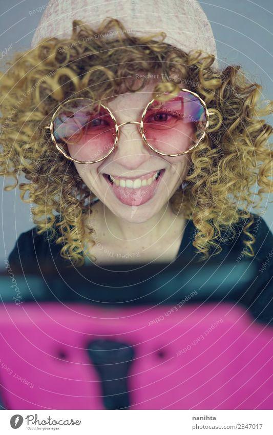 Junge glückliche Frau mit ihrem Handy Stil Freizeit & Hobby Telefon PDA Technik & Technologie Unterhaltungselektronik Telekommunikation Internet Mensch feminin