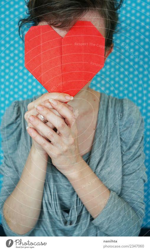 Junge Frau hält ein papierrotes Herz vor ihr Gesicht. Design Feste & Feiern Valentinstag Muttertag Mensch feminin Jugendliche 1 18-30 Jahre Erwachsene Papier