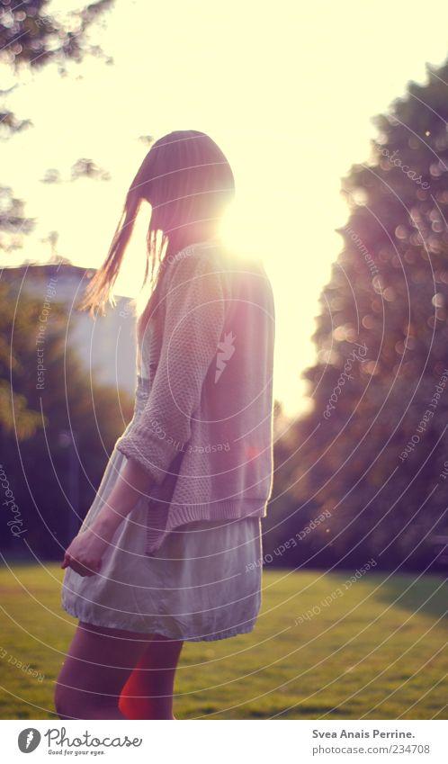 auf ein paar Sachen aufmerksam zu machen Lifestyle schön feminin Junge Frau Jugendliche 1 Mensch 18-30 Jahre Erwachsene Schönes Wetter Garten Rock Kleid