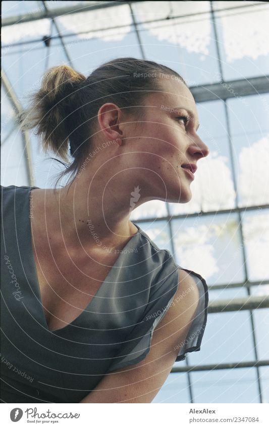 Junge Frau in einem Gewächshaus schaut nach vorn Himmel Jugendliche schön Ferne Fenster 18-30 Jahre Gesicht Erwachsene Leben Schnee frei ästhetisch