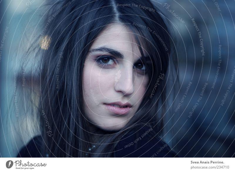 wild wie du. Lifestyle elegant Stil feminin Junge Frau Jugendliche 1 Mensch 18-30 Jahre Erwachsene Mauer Wand Haare & Frisuren schwarzhaarig brünett langhaarig