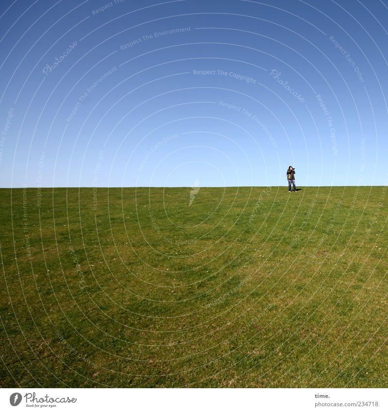 Spiekeroog | Zeit der Stille Mensch Himmel blau grün Ferne Wiese Gras Horizont stehen Schönes Wetter genießen Wolkenloser Himmel Blauer Himmel Perspektive