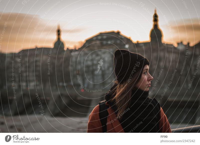 Portrait im urbanen Sonnenuntergang feminin Junge Frau Jugendliche Erwachsene Kopf 1 Mensch München Stadt Altstadt Skyline Bekleidung Piercing brünett atmen