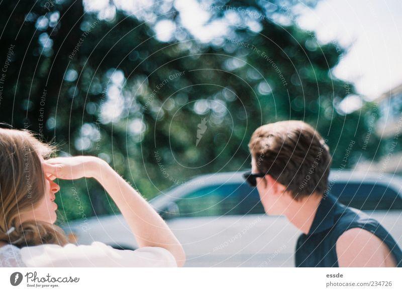 bo & cl maskulin feminin Kopf Arme Sonnenlicht PKW brünett Sonnenbrille beobachten sprechen Erholung Kommunizieren träumen warten dünn Ferne Zusammensein schön