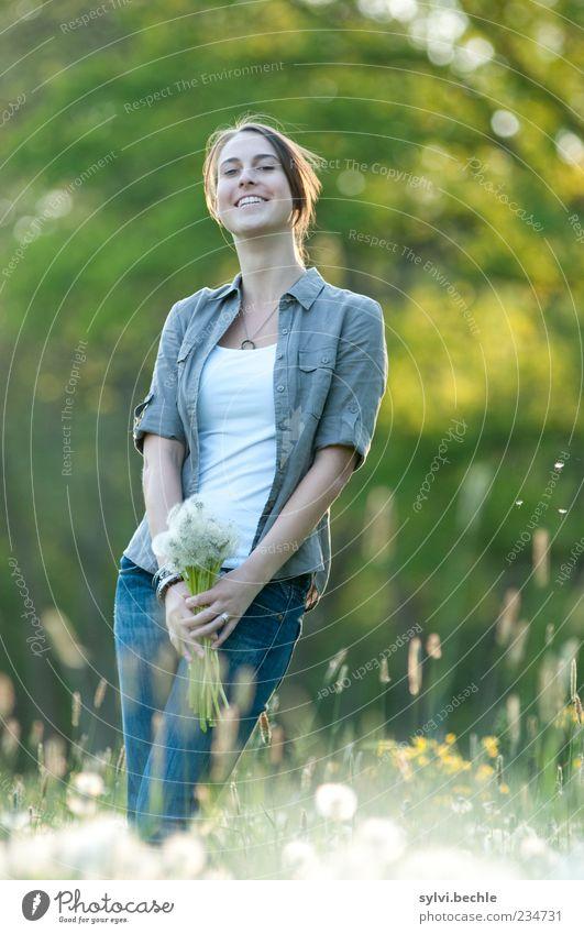 Blumenmädchen Mensch Natur Jugendliche grün schön Baum Pflanze Freude Umwelt Leben Wiese feminin Gras Frühling lachen