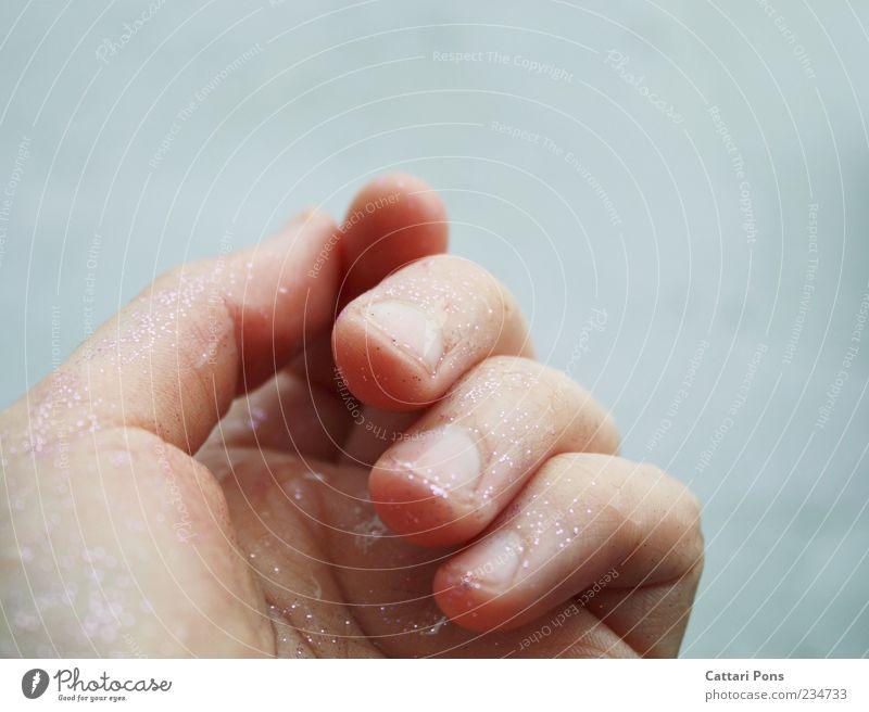 Fühle Hand Finger Fingernagel berühren festhalten genießen Flüssigkeit glänzend nah blau Gefühle ruhig Glitter Wasser hell zart bleich Farbfoto Außenaufnahme