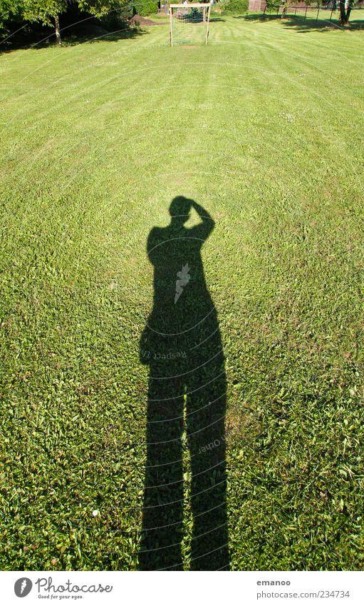 bolzplatzschatten Mensch Mann Natur grün Sommer Erwachsene Ferne Landschaft Wiese Gras groß stehen Körperhaltung Rasen Sportrasen Fotograf
