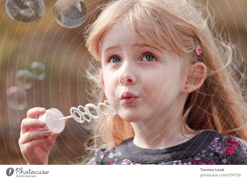 Lilli Fee Mensch Kind schön rot Mädchen Sommer Auge Gefühle Stimmung Kindheit blond rosa natürlich Neugier blasen Schweben