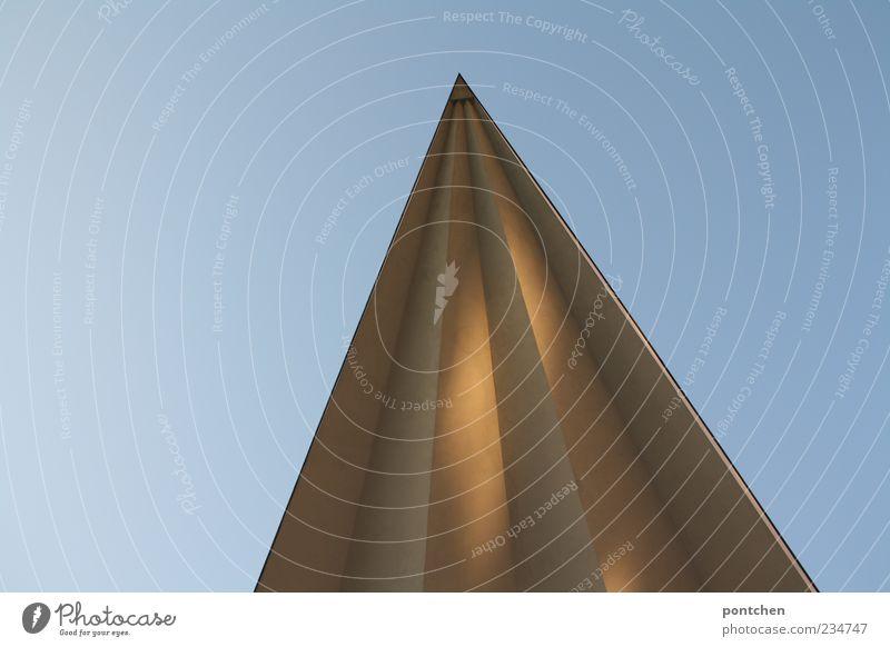 Spitze eines Bauwerkes ragt in den Himmel. Dämmerung mit Sonnenlicht. Berlin Haus Gebäude Dach ästhetisch Spitzdach Farbfoto Gedeckte Farben Außenaufnahme