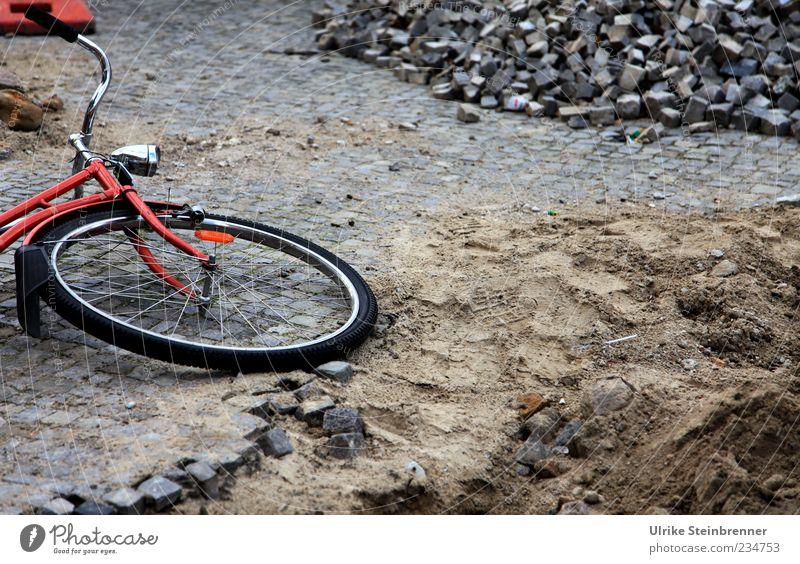 Ausrutscher Straße Sand Stein Fahrrad dreckig liegen Baustelle fallen Verkehrswege Sturz Loch Straßenbelag Kopfsteinpflaster Rad Pflastersteine Spielplatz