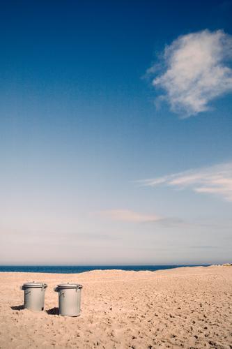urlaub zu zweit Umwelt Natur Landschaft Urelemente Sand Wasser Himmel Wolken Horizont Küste Strand Ostsee Meer Surrealismus paarweise 2 Müll Müllbehälter